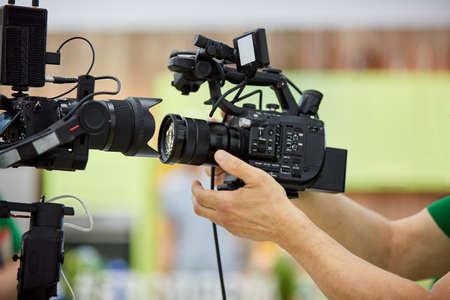 Detrás de escena de producción de video o grabación de video. El concepto de producción de contenido de video para TV, blogs, programas, películas. Cámaras preparadas para filmación de video