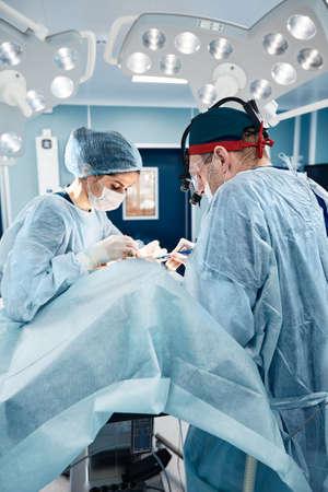 Blepharoplasty, professional surgeons during eye plastic surgery, facial rejuvenation, blepharoplasty, doctors remove bags under the eyes. Imagens