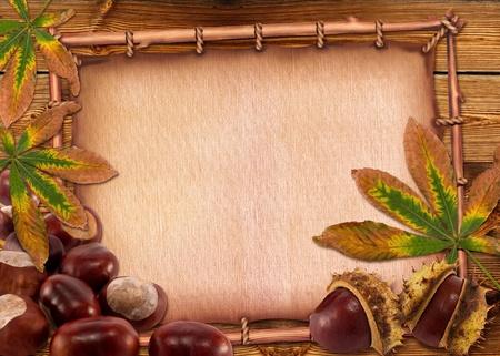 casta�as: Casta�as de oto�o y las hojas en el fondo de papel viejo.