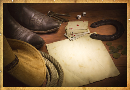 botas vaqueras: Fondo oeste americano con cartas de p�quer y papel clothes.Old vaquero para el dise�o