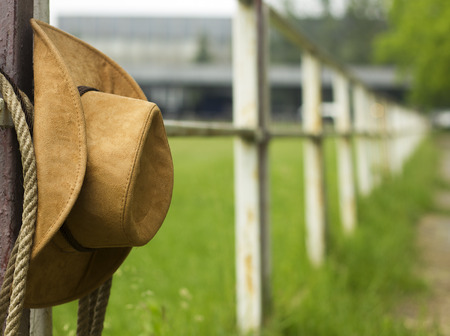 rodeo americano: Sombrero de vaquero y lazo en la cerca Caballo Americano fondo rancho