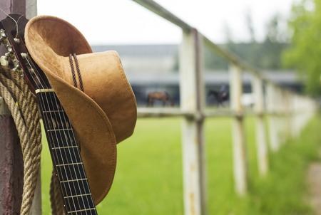kapelusze: Kowbojski kapelusz i guitar.American kraju muzyka w tle Zdjęcie Seryjne