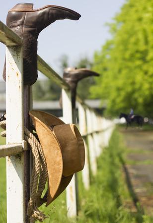 rancho: Ranch americana con ropa de vaquero en la cerca