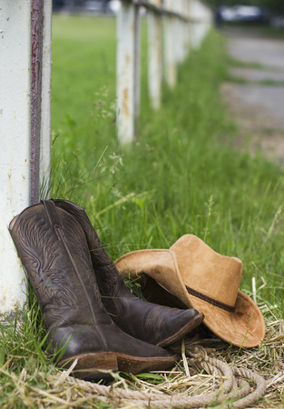 botas: Zapatos occidentales y sombrero de vaquero en el fondo rancho estadounidense