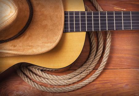 krajina: Americká country hudba s kytarou a kovbojský klobouk a lana