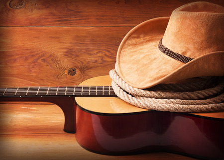 Picture musica country con la chitarra e cappello da cowboy e lazo Archivio Fotografico - 42411321