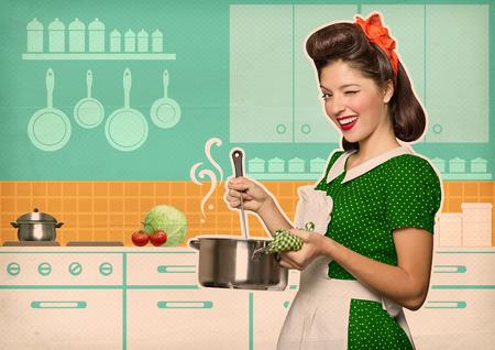 Joven ama de casa cocinar sopa en su cartel del estilo room.Retro cocina en el papel viejo Foto de archivo