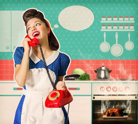 Retro młoda kobieta pomijane pieczonego kurczaka w sposób oven.Housewife rozmawia telefon w swojej kuchni Inter. Plakat na starym papierze