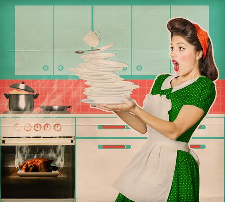 mujer ama de casa: Ama de casa Clumsy y daba pollo asado en un horno .Burned alimentos cartel retro de la cocina de fondo Foto de archivo