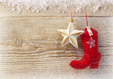 vaquero: Fondo de Navidad del vaquero con botas juguete occidental y estrella en la textura de madera