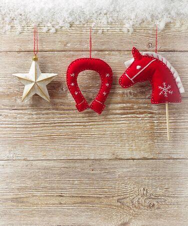 juguetes de madera: Tarjeta de felicitación de Navidad del vaquero con los juguetes de decoración occidentales en la textura de la madera para el texto Foto de archivo