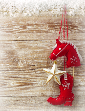 juguetes de madera: Cowboy juguetes hechos a mano de Navidad sobre fondo de textura de madera para el texto