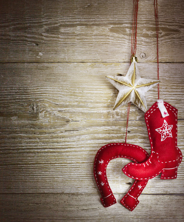 juguetes de madera: Fondo de Navidad con juguetes occidentales vaquero en la textura de la madera Foto de archivo