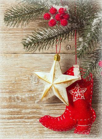 botas de navidad: Fondo de la Navidad con el zapato juguete vaquero y textura de madera para el texto Foto de archivo