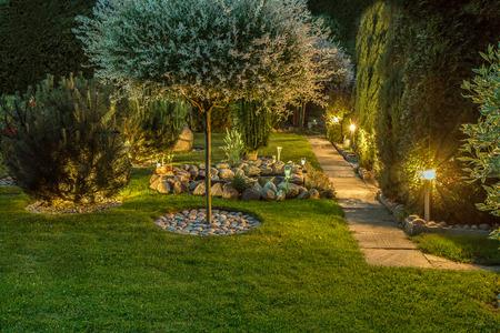 Światła w ładnym ogrodzie