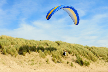 parachute jump: Para pretty above the dunes near the beach