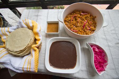 トルティーヤと habanero ソース コチニータピビル食べ方メキシカン