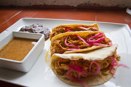 Cochinita-taco's met purpere ui