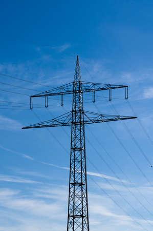 torres el�ctricas: torres de energ�a de alta tensi�n contra el cielo azul con nubes Foto de archivo