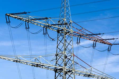 torres de alta tension: torres de energía de alta tensión contra el cielo azul con nubes Foto de archivo