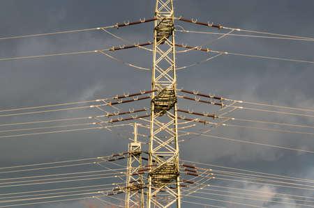 torres el�ctricas: torres de energ�a de alta tensi�n contra el cielo azul con nubes de lluvia Foto de archivo