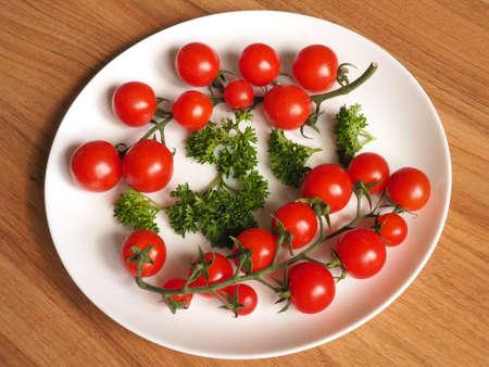 pomodorini su un piatto su un tavolo di legno