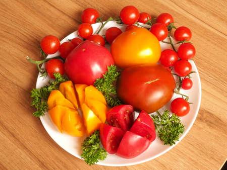 pomodori su un piatto su un tavolo di legno