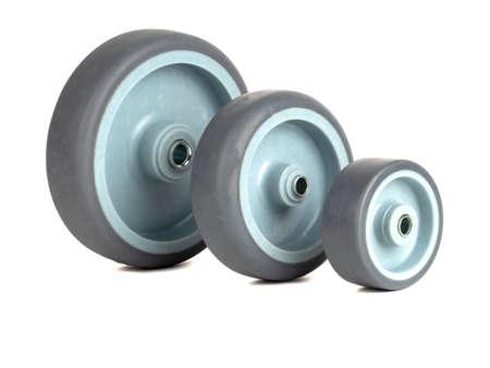 Räder aus Polyamid und grauem Gummi isoliert auf weißem Hintergrund