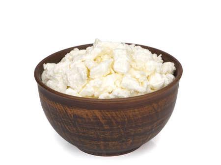 Fromage cottage frais fait maison dans un bol sur fond blanc Banque d'images