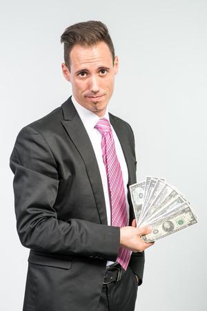 mucho dinero: Hombre de negocios la celebraci?n de una gran cantidad de dinero Foto de archivo