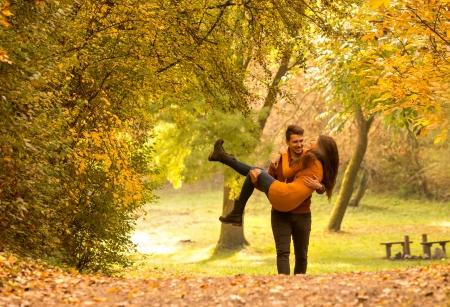 한 남자와 사랑에, 그의 무릎에 여자를 데리러
