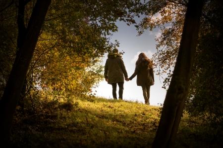 가 공원에서 산책하는 손을 잡고 연인