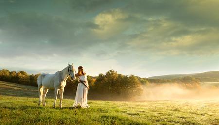 Mooie sensuele vrouwen met wit paard Stockfoto