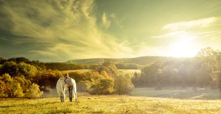 femme a cheval: Belles femmes sensuelles avec le cheval blanc
