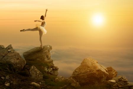 崖の端に立っている神秘的な写真、バレエ ダンサー 写真素材