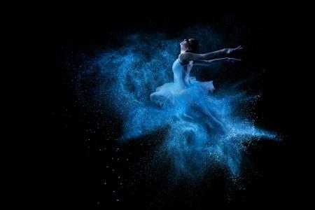Junge schöne Tänzer springen in blaue Pulverwolke Standard-Bild - 24466458