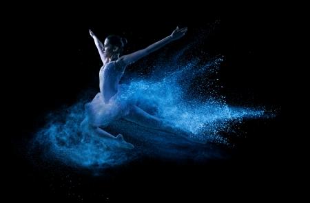 파란색 분말 구름에 점프 아름 다운 젊은 댄서 스톡 콘텐츠