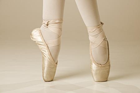 zapatos escolares: Pies del bailar�n de ballet - oro
