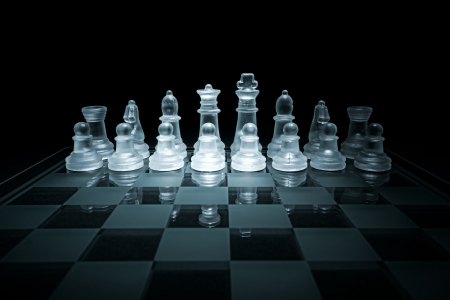 jugando ajedrez: Tablero de ajedrez de cristal