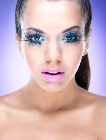 maquillaje de fantasia: Muchacha de la belleza atractiva con maquillaje de la fantas�a