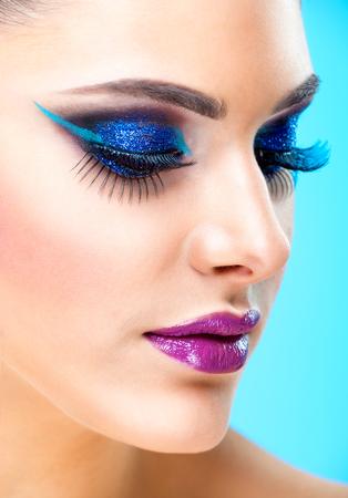 maquillaje de fantasia: Muchacha de la belleza atractiva con maquillaje de la fantasía