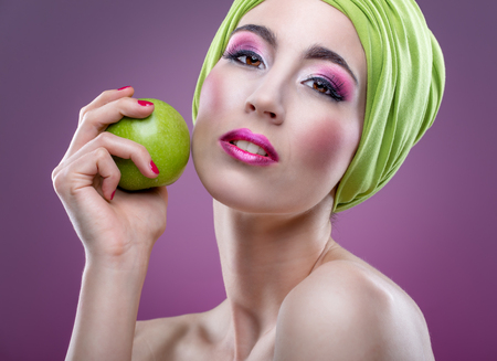 modell: Fashion modell with beautiful pink makeup and green apple