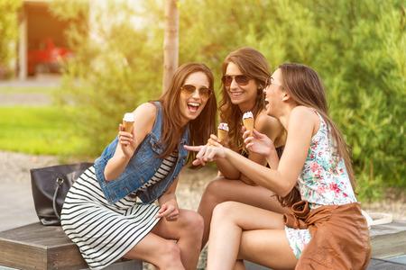 웃는 동안 3 명의 귀여운 여성, 아이스크림 가게,