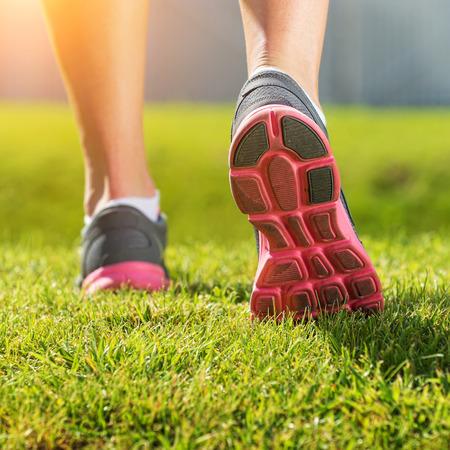 여성의 실행 다리, 핑크 회색 스포츠 신발 세부