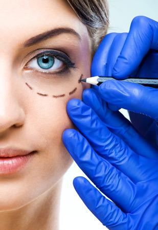성형 수술 - 아름 다운 여자 반 얼굴, 표시와 함께
