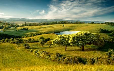 호수와 푸른 흐린 하늘 아름다운 구릉 풍경