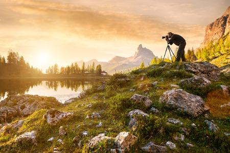 Ein Fotograf in der schönen See Federa Standard-Bild - 32085310