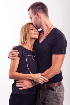enamorados besandose: Amor pareja, abrazar en el estudio