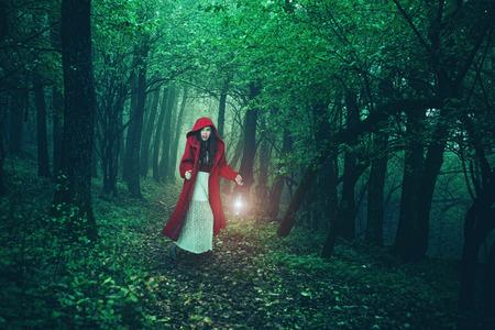 petite fille avec robe: Little Red Riding Hood dans les bois Banque d'images