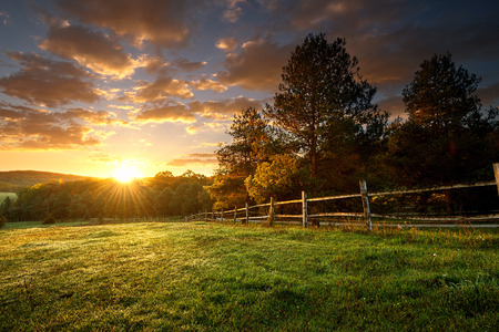 granja: Paisaje pintoresco, rancho cercado al amanecer